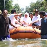 Gubernur Jatim Khofifah saat meninjau lokasi banjir