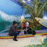 Kepala Disparbud Kabupaten Malang Made Arya bersama staf ahli menteri pariwisata bidang multikultural Esthy Rejo di stand bernuansa pantai (Disparbud)