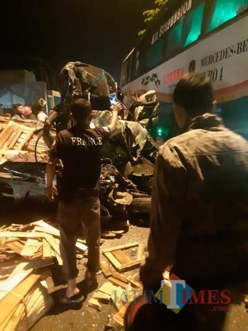 Mobil Grand Max kondisinya hancur usai tabrakan dengan Bus Lorena (foto : Puji Suwito / Jatim TIMES)
