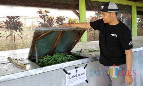 Anditya Fitrawan salah satu Bumdes Rejeki Barokah Desa Sumbergondo saat menunjukkan komposter di Desa Sumbergondo.
