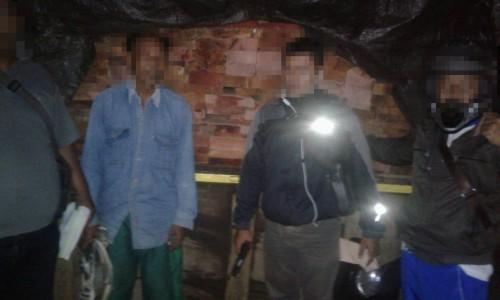 Terduga pelaku saat diamankan petugas gabungan dari kepolisian Polres Malang dan Perhutani, Kecamatan Turen (Foto : Istimewa)