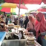 Pembeli ramai memenuhi lokasi bazar takjil di Jl Ahmad Yani Kota Blitar