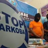 Tersangka bersama barang bukti diamankan di kantor BNN Kota Kediri. (eko Arif s /JatimTIMES)