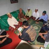 suasana tahklilan di rumah duka, sesaat sebelum almarhum H Yusup Susanto dikebumikan (Agus Salam/Jatim TIMES)