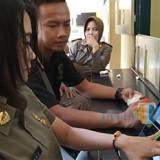 Anggota Satpol PP saat melakukan perekaman  sidik jari (foto : Joko Pramono/JatimTIMES)