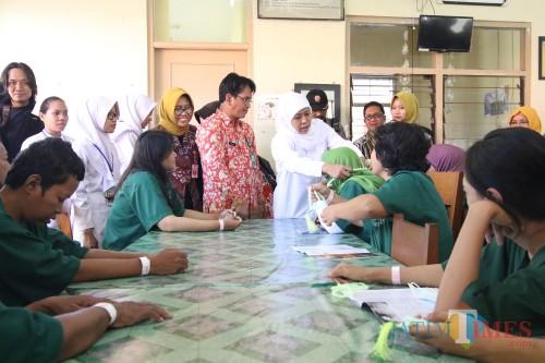 Gubernur Jatim Khofifah saat membagikan tasbih ke pasien RSJ
