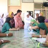 Bagikan Tasbih ke Pasien Rumah Sakit Jiwa, Gubernur Khofifah Berharap Penyembuhan secara Spiritual