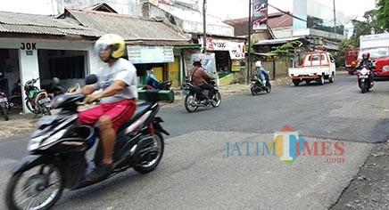 Jalan rusak dan berlubang di Jl. Ir Rais yang sudah mulai ditambal Dinas PUPR Kota Malang (Pipit Anggraeni/MalangTIMES).