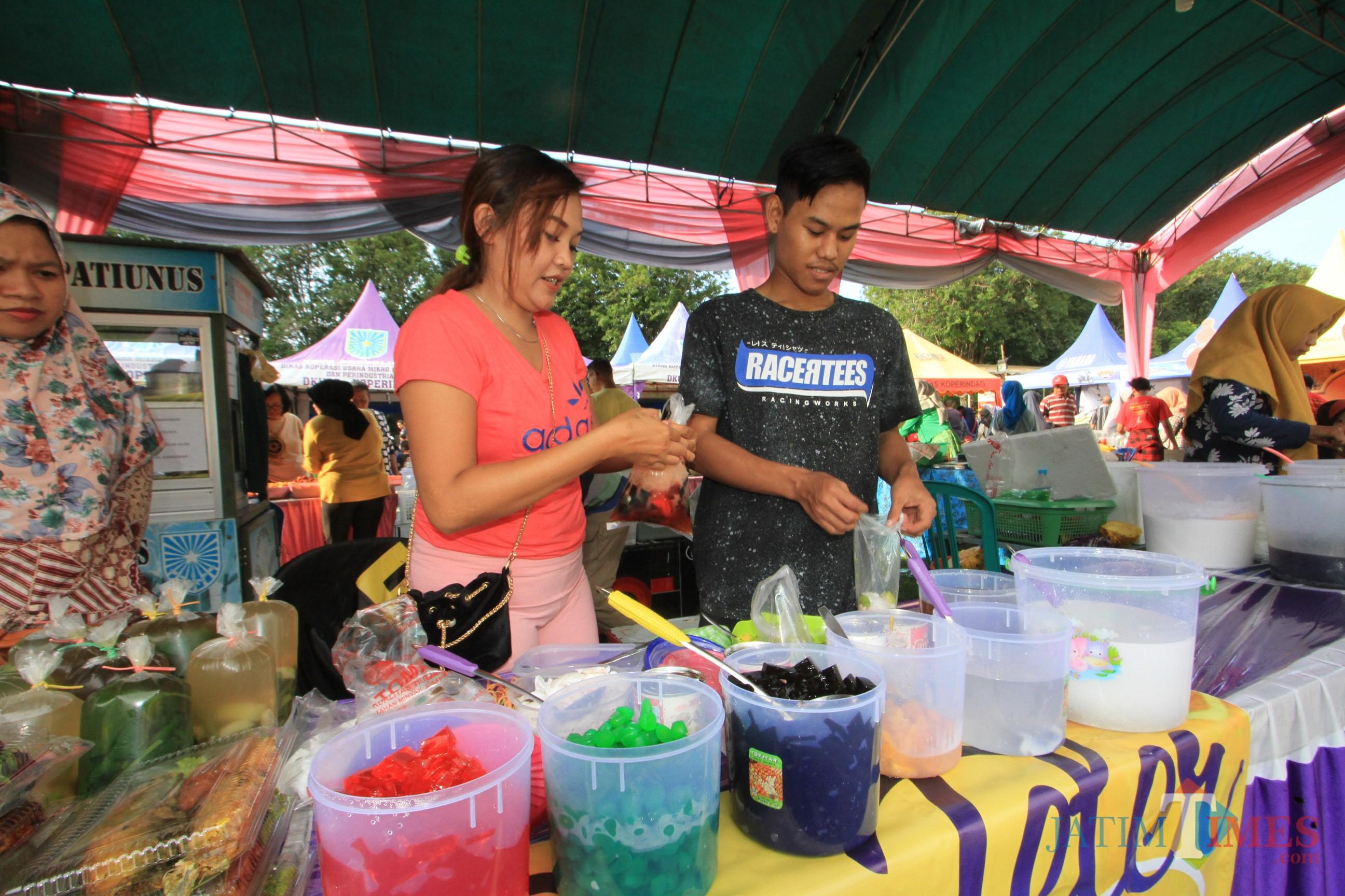 Salah satu pedagang yang berjualan di Pasar Ramadan, alun-alun Kota Probolinggo (Agus Salam/Jatim TIMES)