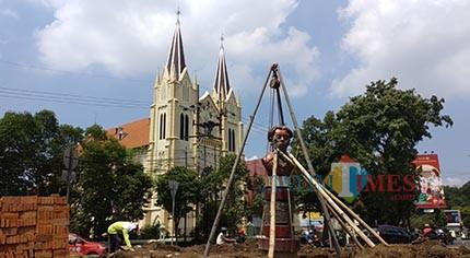 Median Taman Monumen Chairil Anwar di Kawasan Kayutangan dipercantik (Pipit Anggraeni/MalangTIMES).