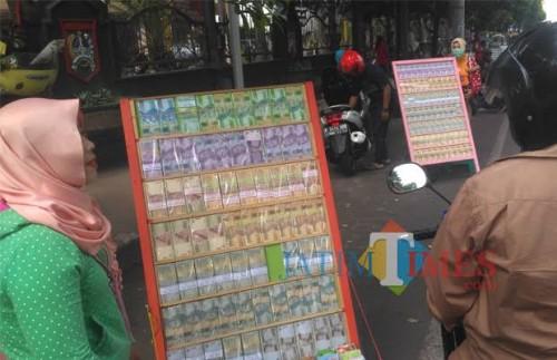 Jasa penukaran uang yang beroperasi di kawasan Alun-Alun Merdeka. (Doc MalangTIMES)
