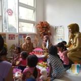Bupati Jember dr H  Faida MMR saat mengunjungi ruang pojok bermain anak-anak di Puskesmas Ajung. (foto : istimewa / Jatim TIMES)
