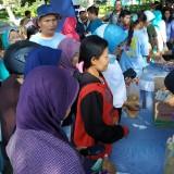 Emak-emak menyerbu operasi pasar yang diadakan Disperindag Kota Kediri. (eko Arif s /JatimTimes)