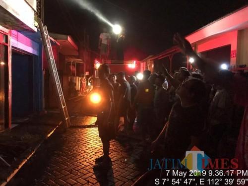 Petugas gabungan saat berupaya menjinakkan api yang sudah membesar sesaat setelah kebakaran terjadi, Kecamatan Singosari (Foto : Istimewa)