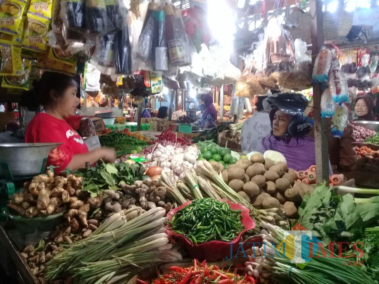 Suasana pedagang sembako di dalam Pasar Tanjung. (foto : istimewa / Jatim TIMES)