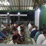 Wakil Bupati Jember Drs. KH. Abdul Muqit Arief saat mengisi tausiah kepada jamaah Salat Tarawih di Musala Pemkab Jember (foto: Moh. Ali Makrus / JatimTIMES)