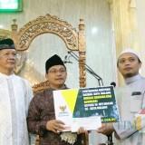Wali Kota Malang, Sutiaji Menyerahkan Bantuan Kepada Masjid Muritsul Jannah (Foto: Arifina Cahyanti Firdausi)