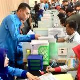 Petugas Dinas Kependudukan dan Catatan Sipil (Dispendukcapil) Kota Batu saat melayani warga Kota Batu di kantor Dispendukcapil. (Foto: Irsya Richa/BatuTIMES)