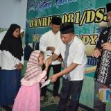 Danrem 081/DSJ Kolonel Inf Masduki memberikan santunan kepada anak yatim piatu