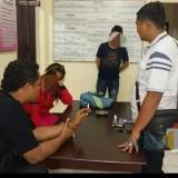 Harti (jaket merah) dan Fahrul kaos hitam saat dibawa ke Mapolsek Pakel / Foto : Istimewa / Tulungagung TIMES