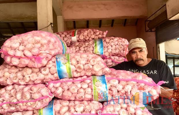 Bawang putih yang dijual di unit sayur Pasar Besar Kota Batu. (Foto: Irsya Richa/BatuTIMES)