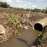 Keberadaan gorong-gorong yang menutup saluran air di Kelurahan Antirogo dipersoalkan warga. (foto : Moh. Ali Makrus / Jatim TIMES)