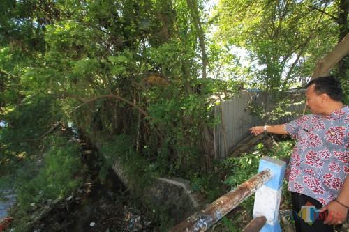 Petugas Pemkot Probolinggo menunjuk akses jalan petani yang tertutup pagar hidup garasi (Agus Salam/Jatim TIMES)