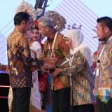 Presiden Joko Widodo saat memberikan penghargaan kepada Gubernur Jatim Khofifah.