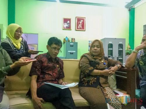 Sekretaris Dinas Pendidikan Kota Malang Totok Kasianto (kiri) saat memberikan statement soal PPDB di ruangannya. (Foto: Imarotul Izzah/MalangTIMES)