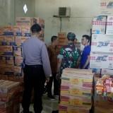 Tumpukan dos berisi snack yang expired dan baru masih campur jadi satu di gudang yang disewa PT Indomarco Aditama. (foto : Moh. Ali Makrus / Jatim TIMES)