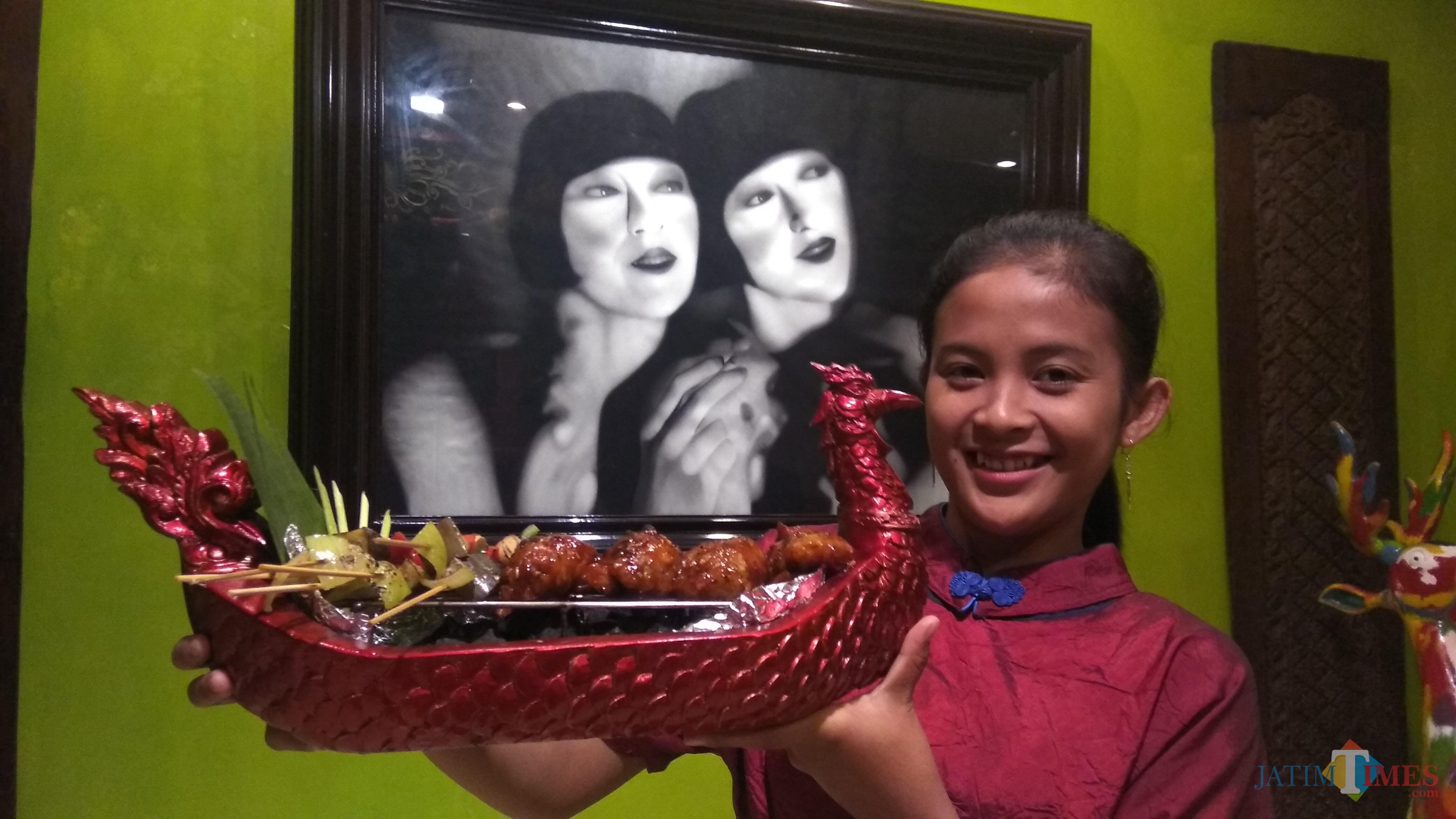 Street food yang disajikan dalam miniatur perahu naga terinspirasi Chao Praya Night Market di Hotel Tugu Malang. (Foto: Nurlayla Ratri/MalangTIMES)