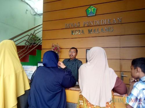 Suasana Dinas Pendidikan hari ini ramai dikunjungi wali murid yang menanyakan soal PPDB. (Foto: Imarotul Izzah/MalangTIMES)