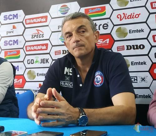 pelatih kepala Arema FC,Milomir Seslija (Hendra Saputra)