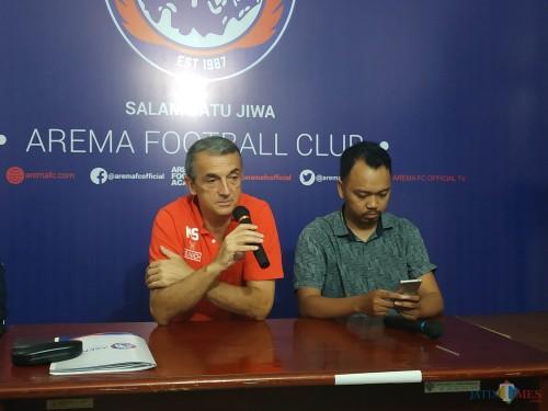 Pelatih Arema FC, Milomir Seslija (merah) saat memberikan statement kepada media perihal ujicoba melawan PSIS Semarang (Hendra Saputra)