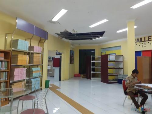 Kondisi Atap Perpustakaan Kota Malang, (Arifina Cahyanti Firdausi/MalangTIMES)