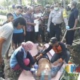 Jenasah Sairin saat dievakuasi petugas gabungan, sesaat setelah ditemukan meninggal di saluran irigasi, Kecamatan Donomulyo (Foto : Humas Polres Malang for MalangTIMES)