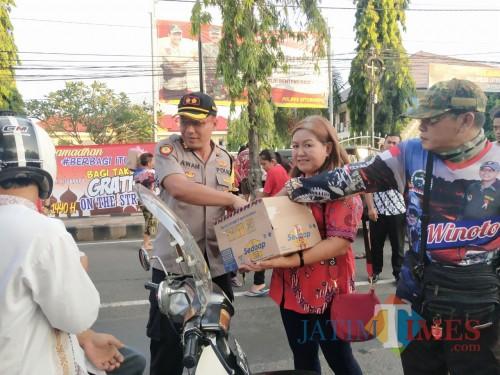 Kapolres Situbondo bersama Ketua Paguyuban Warga Tionghoa Situbondo (Foto: Haryono / SitubondoTIMES)