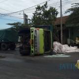 Petugas kepolisian mengatur lalu lintas di sekitar lokasi kecelakaan
