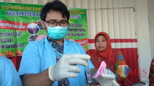 Petugas tunjukan kerupuk goreng pasir yang mengandung Rodamin B (foto : Joko Pramono/Jatim Times)
