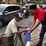 Forum Wartawan Lintas Media Jember Bagi Bagi Takjil Gratis Bareng Kapolres