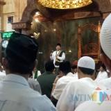 Wali Kota Malang Sutiaji saat berbicara usai tarawih di Masjid Noor Kidul Pasar. (Foto: Imarotul Izzah/MalangTIMES)