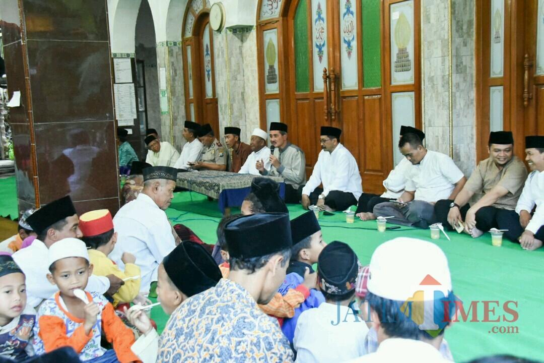 Sekda Kota Kediri Budwi Sunu memberikan sambutan di Masjid Nurul Huda Kelurahan Tamanan Kota Kediri. (eko Arif s /JatimTimes)