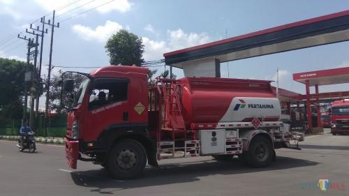 Truk Pertamina saat melakukan distribusi dari Terminal BBM Malang. (Foto: Nurlayla Ratri/MalangTIMES)