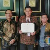 Wali Kota Kediri Abdullah Abu Bakar (tengah) saat menerima penghargaan. (eko Arif s /JatimTimes)