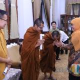 Gubernur Jatim saat menerima perwakilan Umat Budha di Gedung Grahadi