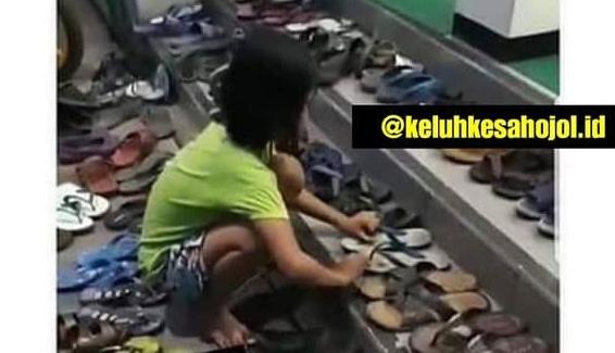 Jovita saat merapikan sandal di depan masjid (Foto: instagram @keluhkesahojol.id)