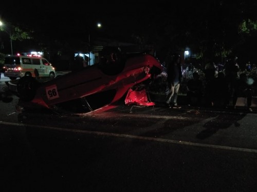 Kondisi mobil yang terbalik di kawasan Jalan Veteran (ist)