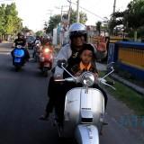 Para jurnalis ajak anak yatim keliling Kota Kediri kendarai vespa. (eko Arif s /JatimTIMES)