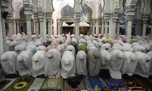 Suasana salat terawih di masjid (Foto: istimewa)