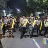 TNI dan Polri ronda keliling kampung. (eko Arif s /JatimTimes)